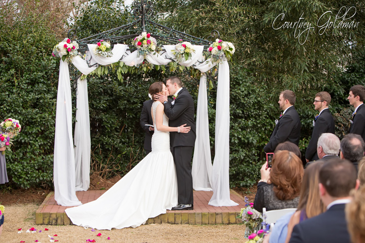 The-Thompson-House-and-Gardens-Wedding-Ceremony-in-Bogart-and-Athens-Georgia-by-Courtney-Goldman-Photography-21-Wedding-Kiss